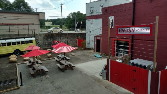 Kingsport, TN: Outside seating area
