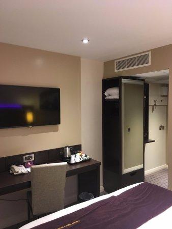 Premier Inn Manchester Central Hotel: Room.