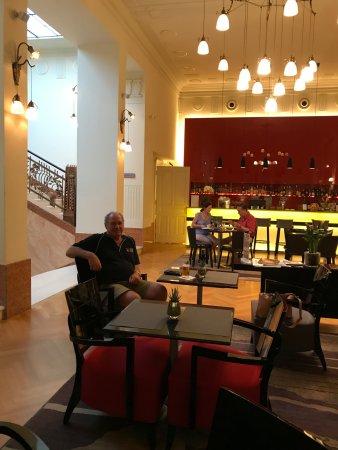 โรงแรมเคพลัสเคเซนทรัล: K & K Central Hotel Bar