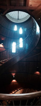 Lovettsville, VA: Spiral staircase is definitely an aesthetic draw - trying to be different with the vertical pano