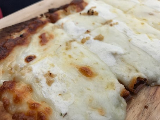 Lovettsville, VA: Garlic and white sauce flatbread never goes wrong - would order again.