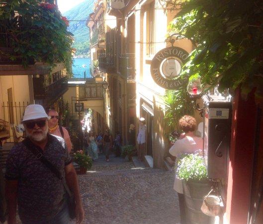 L'Antico Pozzo Restaurant : Ladeira com uma vista pitoresca para chegar ao restaurante e centrinhos de Bellagio.
