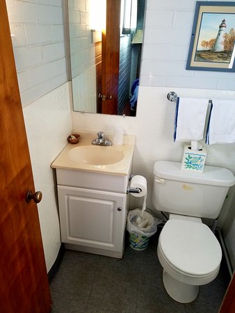 Lakeside, OH: Tiny bathroom