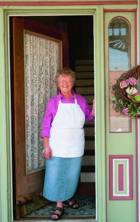 Versailles, MO: Doris at the door to welcome guest. !! Enjoy