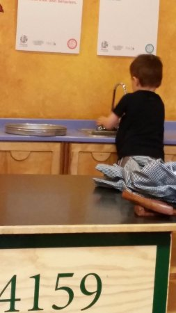 Iowa Children's Museum: Cleaning up in the Pizza Kitchen