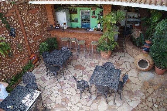 Casa OsmaryAlberto: Jardín central con barra de tragos.