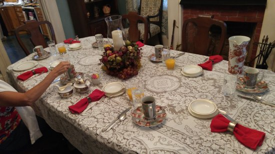 Doc Smithers B&B: Breakfast Table (Linen Napkins, Tablecloth & China)