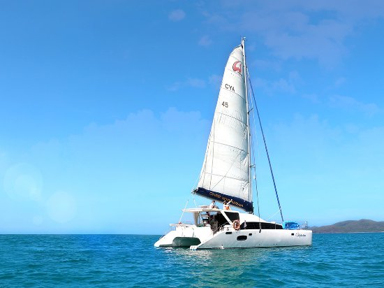 Airlie Beach, Australien: Discover true freedom when you skipper your own boat around the 74 Whitsunday Islands.