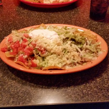 Kentwood, MI: Nachos deluxe...eat them fast!