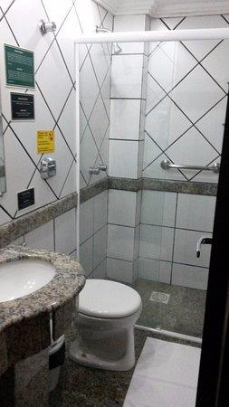 San Rafael Hotel: Banheiro bem conservado, mas extremamente pequeno.
