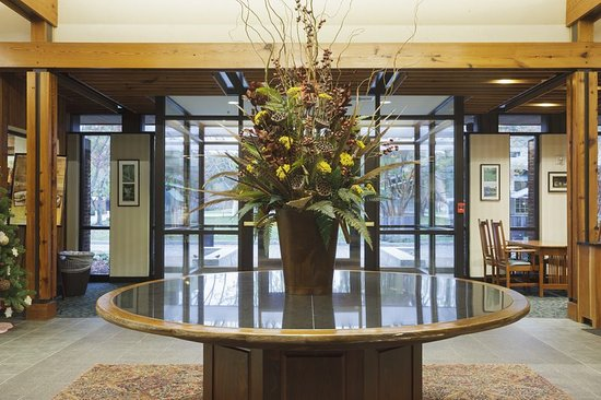 Woodlands Hotel & Suites - Colonial Williamsburg: Lobby Entrance