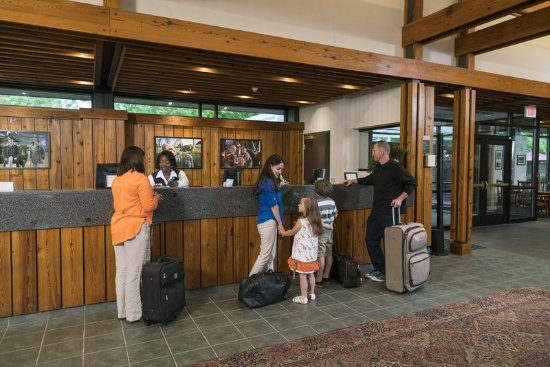 Woodlands Hotel & Suites - Colonial Williamsburg: Check In Desk