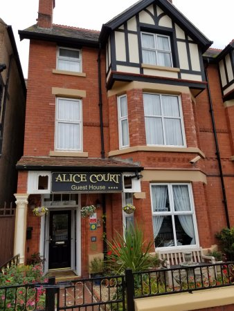 Alice Court Guest House: Outside of the guest house