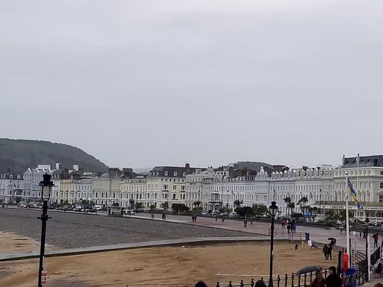 Alice Court Guest House: Llandudno is a beautiful town, this is the shoreline.