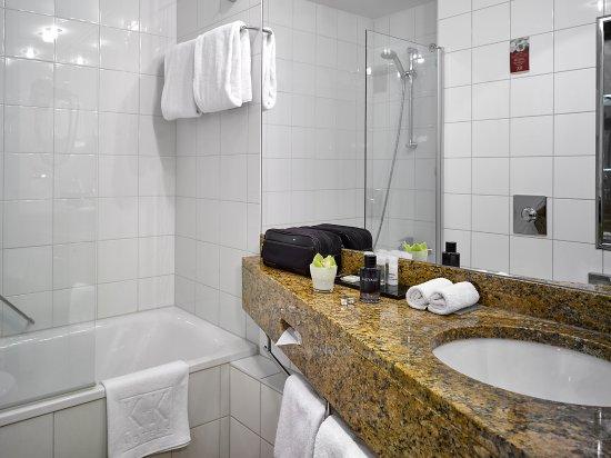 K+K Hotel Central: Standard bathroom