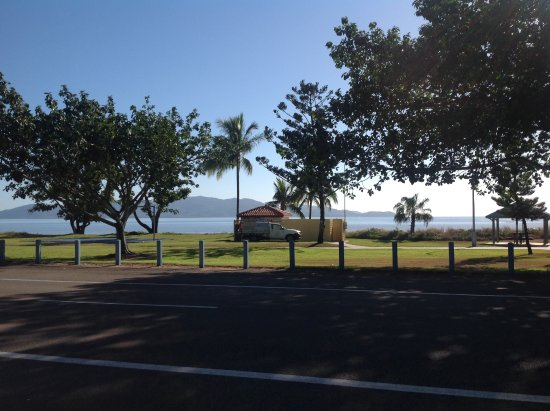 Rowes Bay Beachfront Holiday Park: View of the beach from our camp site