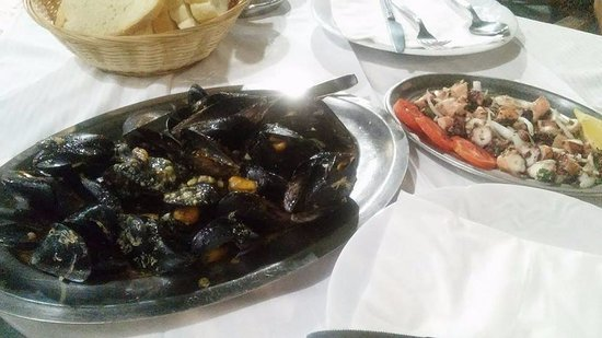Sucuraj, โครเอเชีย: grilled mussels; octopus salad