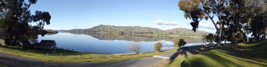 Lake Hume Village, Australia: Lake Hume from near our caravan site.