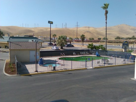 Westley, CA: The hotel's very green pool