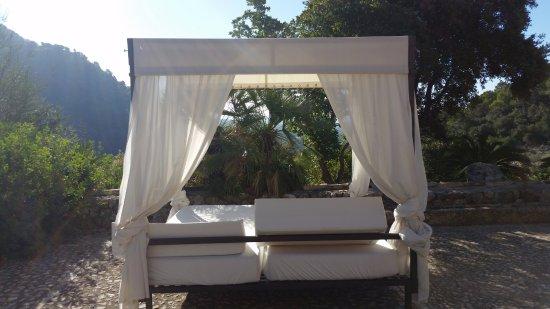 Finca Hotel Albellons Parc Natural: Łóżko na tarasie