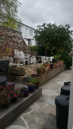 Bay View Guest House : Garden with a sitting area