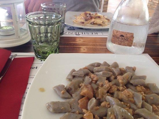 Resilienza Bottega Ristorante: Gnocchi Viola con porcini e salsiccia, ravioli alla Gricia