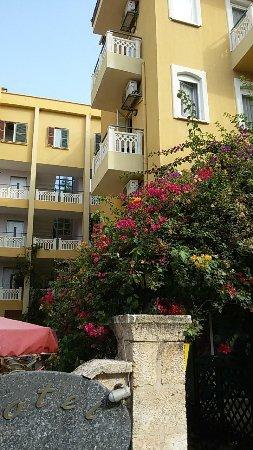 Hotel Benna: Территория отеля приятно располагает