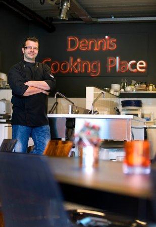 Dennis Cooking Place: Dennis in zijn kookschool