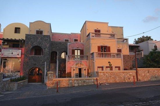 صن رايز هوتل: Front of the hotel affording sunrise view