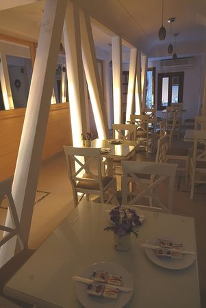 صن رايز هوتل: small breakfast area