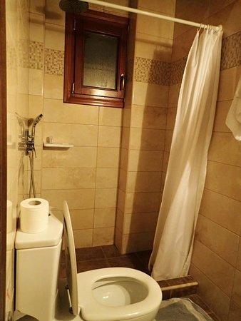 Sunrise Hotel: Basic bath facilities