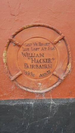 Een gedenksteen in de muur van The Volunteer Arms