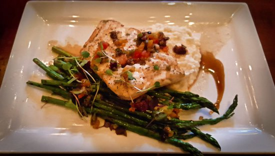Heathman Lodge: Hudsons Bar and Grill's Halibut