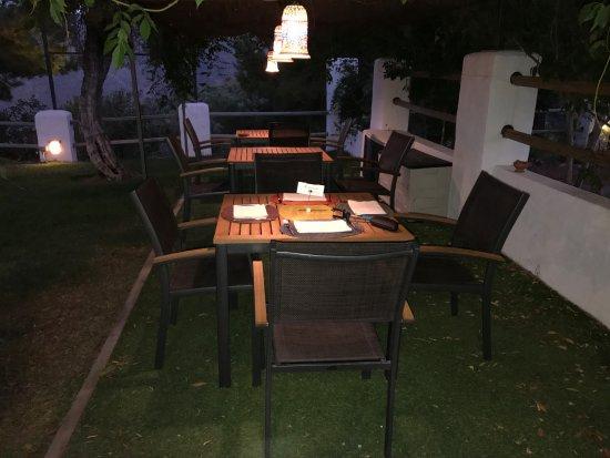 Tolox, Espanha: Mesa para comer en el jardín