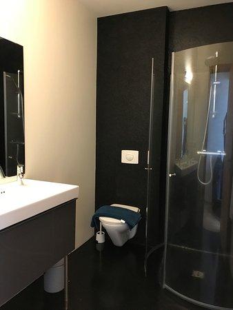 Volcano Hotel: Very modern, clean bathroom