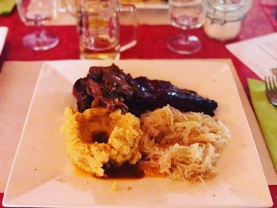 Giovo, Italien: Puntine di maiale al forno con crauti e polenta