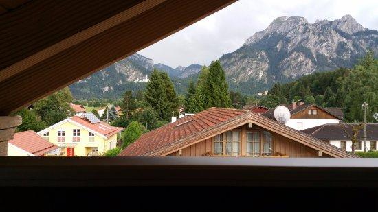 Landhotel Guglhupf: vue de depuis la chambre sur les chateaux.. (si si en petit au fond!!)