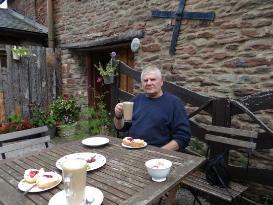 Longhope, UK: Pleasant garden for coffee and cake