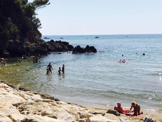 Hotel Club Torre Capovento: la parte rocciosa della spiaggia libera