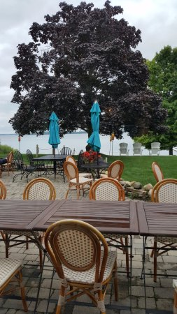 The Vineyard Inn: Outdoor patio/dining area
