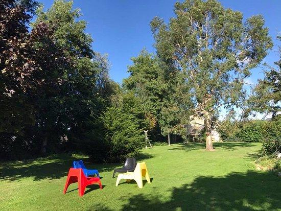 Formigny, Frankreich: Sitzgelegenheiten im Garten