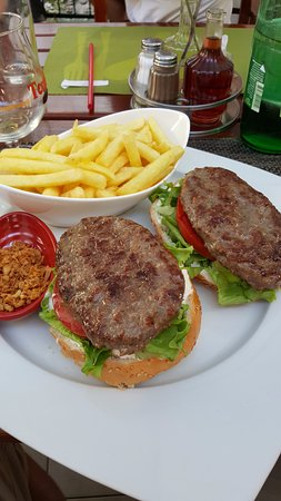 Murter Island, Kroasia: Hamburger. Portion very big.
