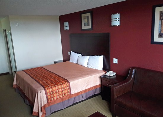 La Marque, TX: One King Bed