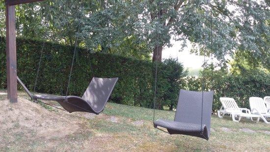 Hotel Garden Terme: Nuove chaise longue dondolanti in giardino