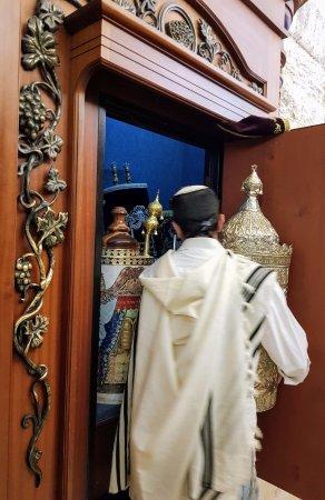 Almog, Israel: on sort un sepher torah de l'armoire sainte