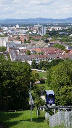 Dattler Schlossbergrestaurant: Blick auf die vom Stadtgarten zum Dattler führende Schlossbergbahn und Freiburg