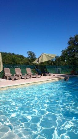 Maubec, Francia: Piscine chauffée de saison au gite de groupe du Jardin d'en Naoua