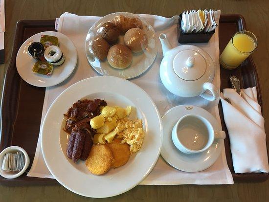 """Hotel Riu Plaza Panama: Petit déjeuner """" Panaméen"""" en chambre : gras, lourd, présentation indigne d'un 5 étoiles."""