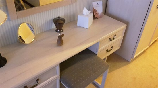 Evesham Hotel: Dressing table - you can just see the wooden pear key fob thereon