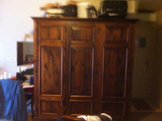 Au Primerose Hotel: Beau meuble typique bien grand